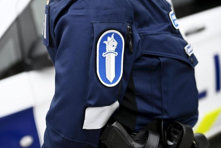 Poliisi tavoitti epäillyn kuljettajan maastosta. Häntä epäillään törkeästä kuolemantuottamuksesta, törkeästä liikenneturvallisuuden vaarantamisesta sekä rattijuopumuksesta. LEHTIKUVA / VESA MOILANEN