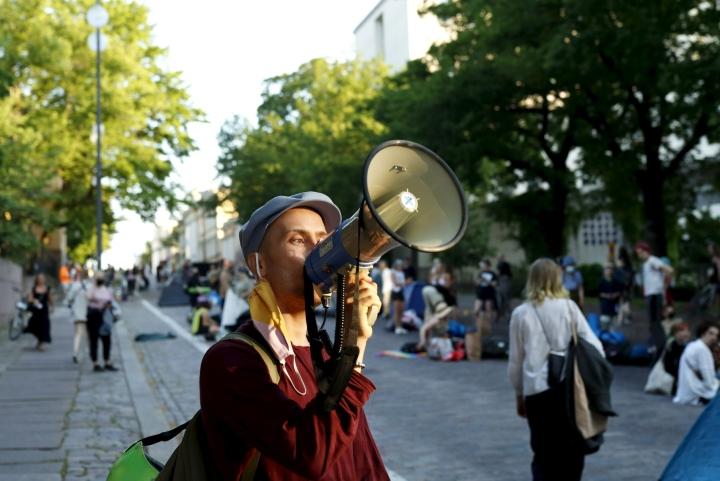 Elokapina osoitti aiemmin mieltään Edustakuntatalon läheisyydessä. Eilen illalla kerrottiin, että mielenosoitus jatkuu Helsingin keskustassa Unioninkadulla. LEHTIKUVA / RONI REKOMAA
