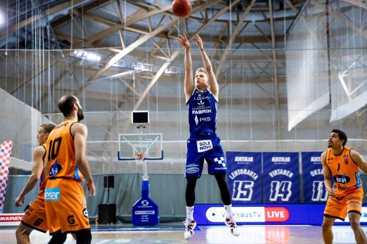 Viime kaudella Karhu Basketia vastaan pussittanut ja Katajaa edustanut Aapeli Alanen edustaa Suomen nuoressa joukkueessa kokemusta. Alasen ensi kauden seura on vielä auki. Arkistokuva.