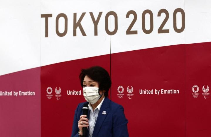 Tokion olympialaisten järjestelytoimikunnan puheenjohtaja Seiko Hashimoto kertoi tiistaina, että olympialaisiin saapuvien ulkomaalaisten toimittajien liikkeitä aiotaan seurata kisojen aikana gps-paikannuksen avulla. LEHTIKUVA/AFP