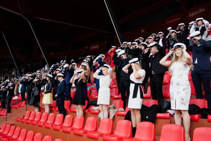 Yhteiskoulun lukion ylioppilasjuhlat pidettiin viime syksynä Joensuun pesäpallostadionilla ja niin pidetään nytkin.
