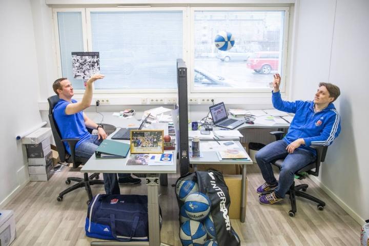 Arkistokuvassa oikealla oleva Marko Tuononen valmentaa Kataja Baskets Talentsia.