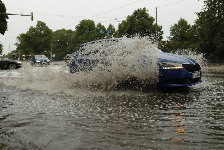 Eteläisessä Suomessa rajuilma aiheutti voimakkaita sateita ja tuulia alkuillasta. Esimerkiksi Lounais-Suomessa satoi ukkosrintaman myötä niin paljon vettä, että Salossa monet kellarit tulvivat, kertoi pelastuslaitos. LEHTIKUVA / RONI REKOMAA