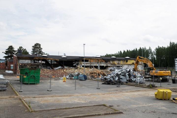 Tulliportinkadulla ollaan päästy jo ensimmäisen koulurakennuksen konepurkuun.