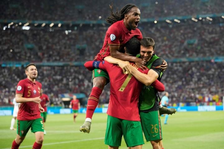 Portugalin Cristiano Ronaldo pääsi juhlimaan onnistunutta rangaistuspotkua. LEHTIKUVA/AFP