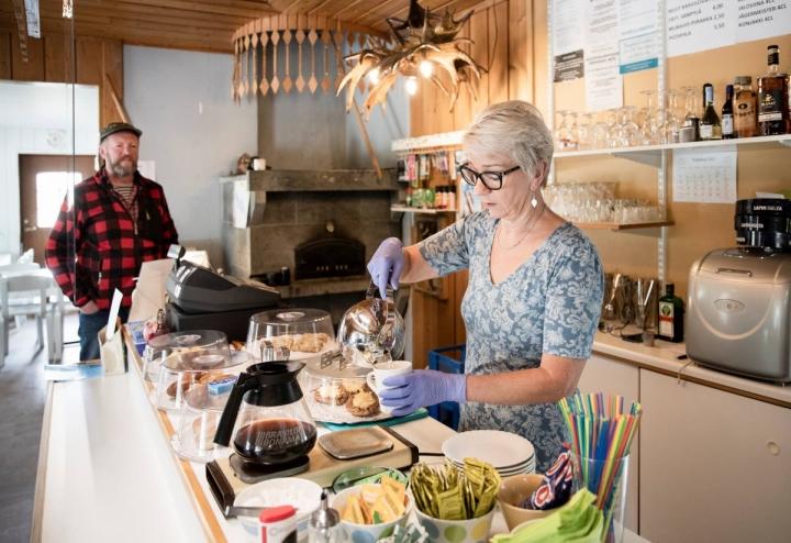 Päivät kahvilassa ovat pitkiä, mutta usein Annukka Kaltiaisesta tuntuu siltä, ettei hän ole töissäkään. Kun vapaata jää, Annukka käy metsässä, lukee tai lähtee kyläyhdistyksen järjestämään jumppaan. Tiskin päässä odottelemassa Matti Kortelainen.