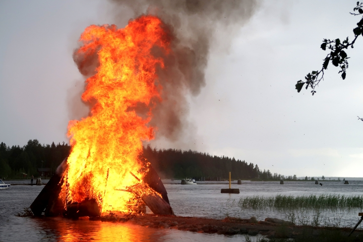 Juhannuskokkojen polttaminen ei ole sallittua metsäpalovaroituksen aikana. Metsäpalovaroituksen asettaa aina Ilmatieteen laitos.