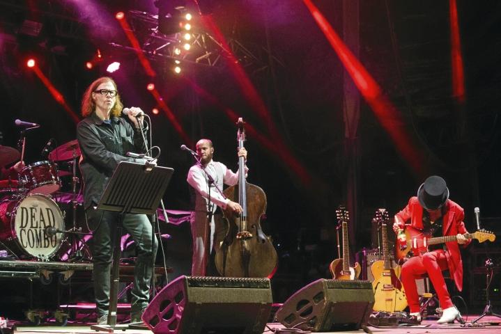 Moni Mark Laneganin ystävä kuoli, mutta Lanegan selviytyi. Kuvassa Lanegan (vas.) esiintyy Dead Combon kanssa Portugalissa 2018.