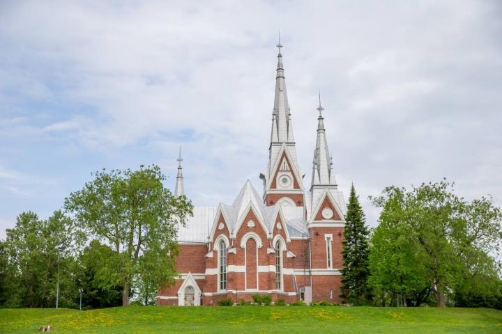 1903 valmistunut Joensuun evankelisluterilainen kirkko on lukuisia kivikirkkoja Itä-Suomeen suunnitelleen Josef Stenbäckin arkkitehtuuria.
