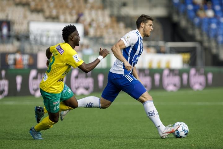 KTP:n Thomas Agyiri ja HJK:n Filic Valencic (oik.) jalkapallon miesten Veikkausliigan ottelussa torstaina. Lehtikuva / Seppo Samuli