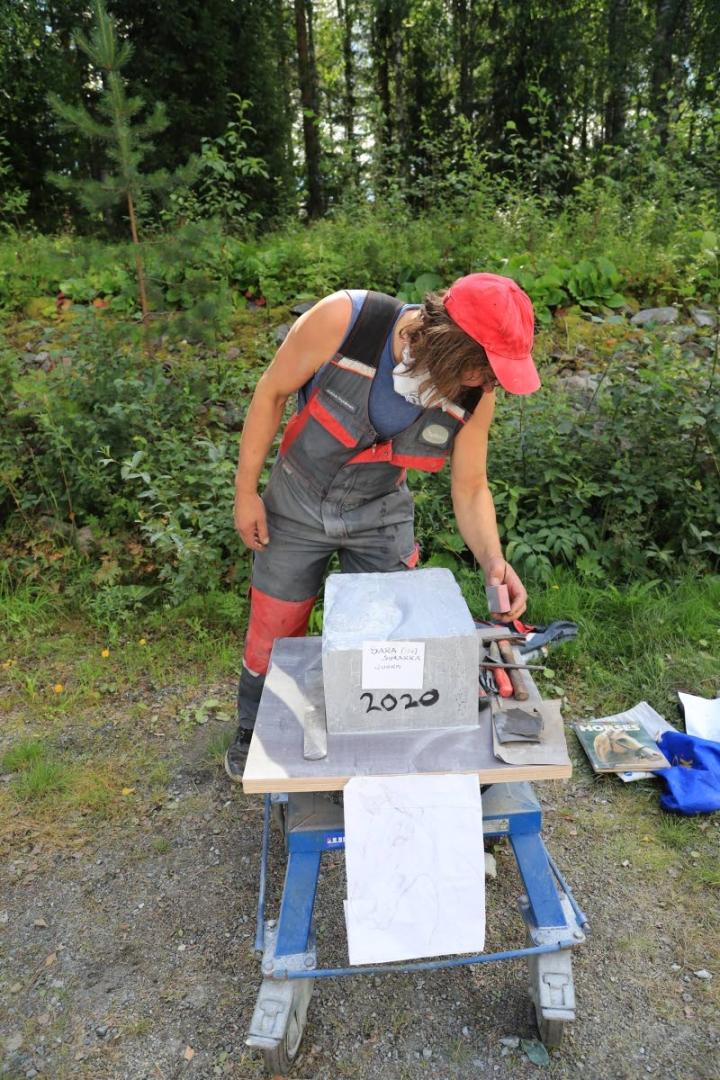 Veistokilpailun materiaalina käytetään vuolukiveä. Juuassa viime kesänä kivenveistokurssia vetänyt juukalainen Jukka Nykänen on yksi kilpailun osallistujista.