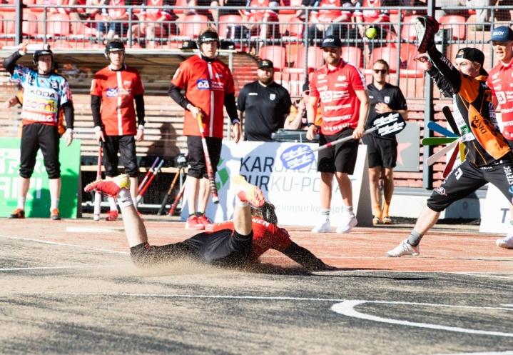 Kotipesään syöksyvä Samuel Tirkkonen toi ottelussa neljä juoksua.