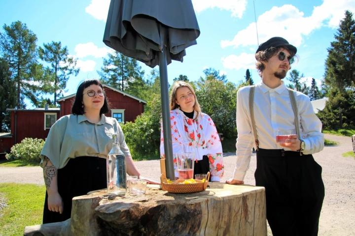 Metropolian kulttuurialan opiskelijat Anna Kovács, Adelina Lovisa ja Justus Mättö tekevät yhteisen opinnäytetyön monipaikkaisuudesta ja kulttuurista. Heidän tukikohtansa oli kulttuurin kehdossa Kesälahden Mäntyniemessä.