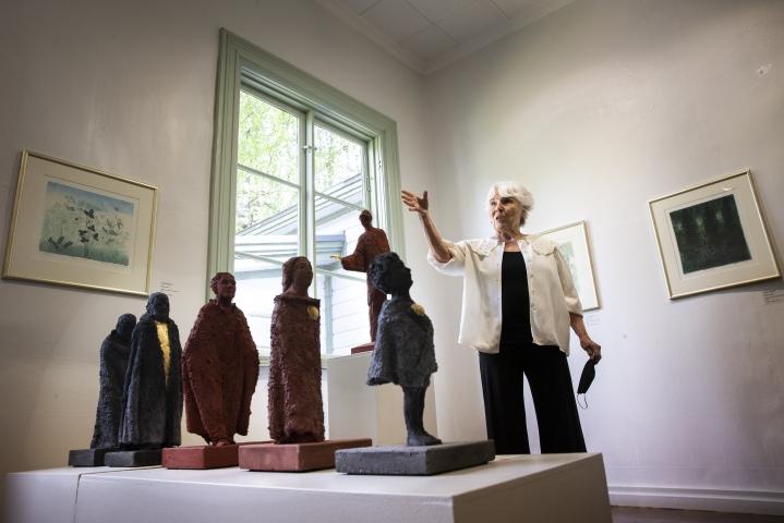 Kuvanveistäjä Tilla Kekki on yksi taidekeskus Salmelan kesän 2021 kuvataiteilijoista. Näyttelyteosten materiaalina on teräsrungon ympärille muotoiltu betoniseos. Veistostaide on hyvin esillä näyttelyssä kaiken kaikkiaan.