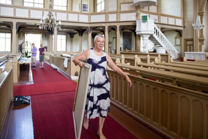 Tekstiilitaiteilija Riitta Turunen kuratoi näyttelyn Heinäveden kirkkoon.
