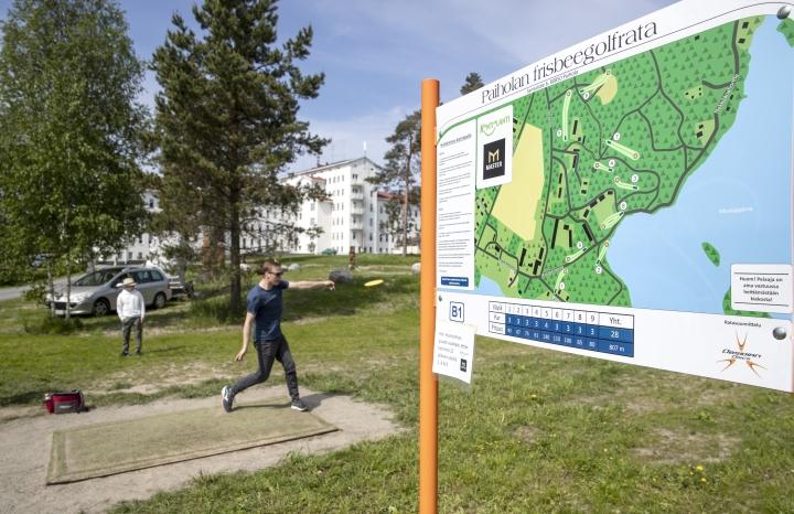 Lomareissullaan frisbeegolfaamaan on saapunut Jussi Pitkäniemi. Tämä ei ole hänen ensimmäinen kertansa radalla, joten reitti on jo hallussa.