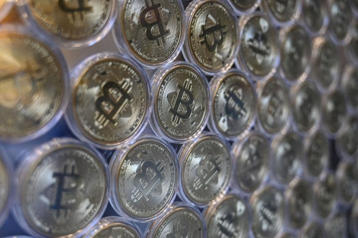15–34 -vuotiaista yli kolmannes kertoi kyselyssä harkitsevansa bitcoinien hankkimista. LEHTIKUVA / AFP