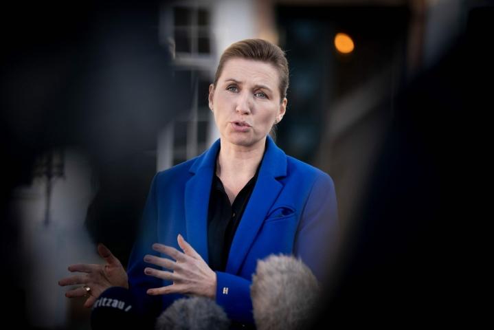 Humanitaaristen järjestöjen ja joidenkin vasemmistopuolueiden kritiikistä huolimatta pääministeri Mette Frederiksenin sosiaalidemokraattien ehdottama lakiesitys hyväksyttiin äänin 70 puolesta ja 24 vastaan. LEHTIKUVA / AFP