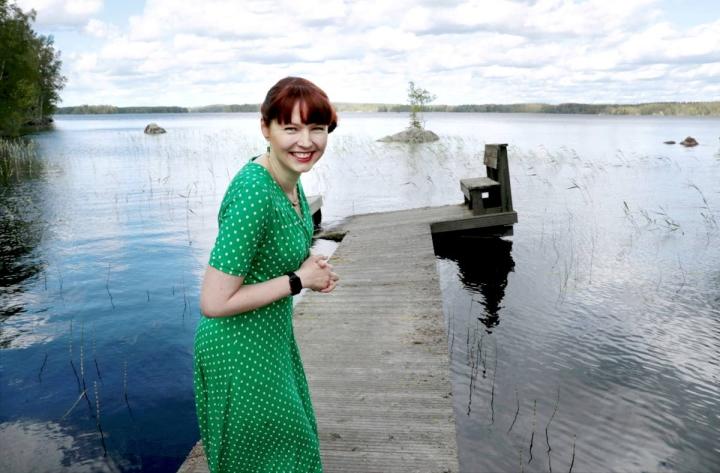 Kangasniemi on vesien pilkkoma kunta. Kirjailija Maria Kuutti perheensä laiturirannassa Puulaveden äärellä kesäkuussa 2021.