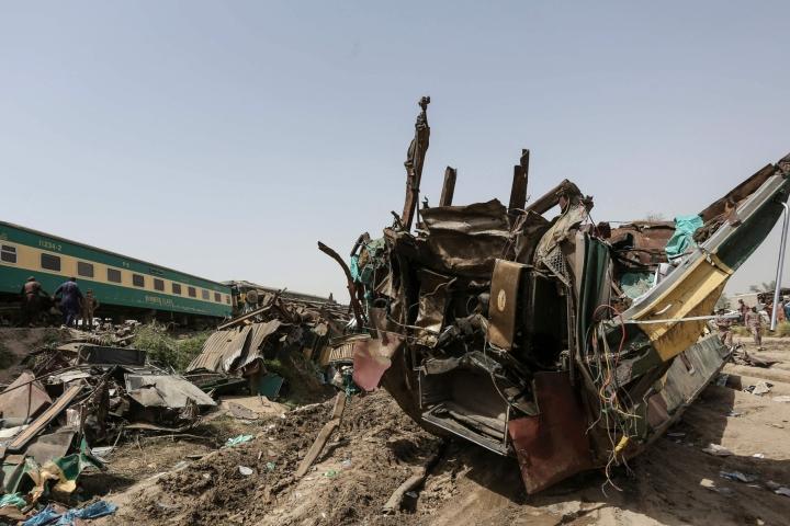 Pakistanissa eilen tapahtuneen junaonnettomuuden uhriluku on noussut ainakin 63:een, kertoo rautatieyhtiö. LEHTIKUVA/AFP