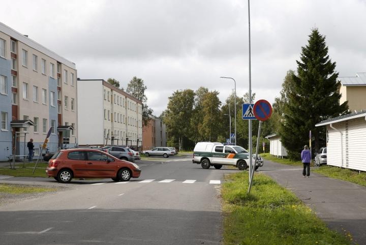 Rajavartiolaitoksen käytössä ollut tunnukseton pakettiauto vaurioitui öisessä räjähdyksessä 4. elokuuta viime vuonna. LEHTIKUVA / Timo Heikkala