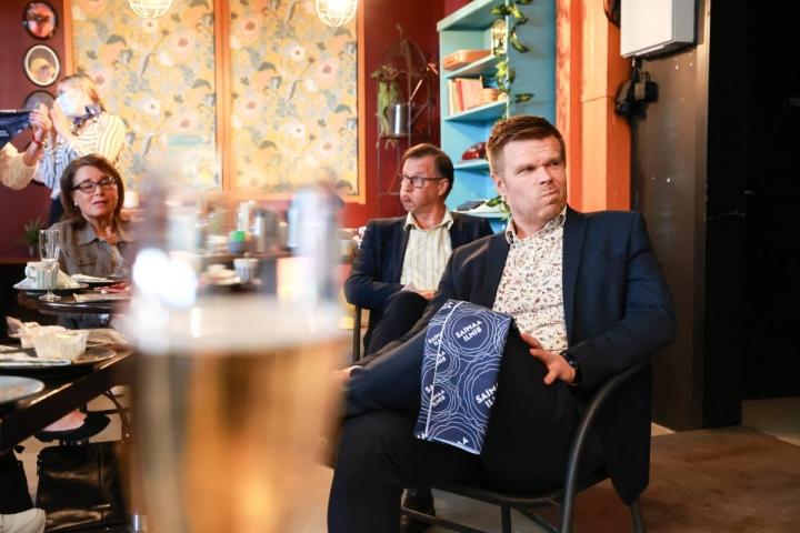 Kaupunginjohtaja Kari Karjalaisen  (vas,) ja maakuntajohtaja Markus Hirvosen ilmeet kertovat, että ei tullut Savonlinnasta kulttuuripääkaupunkia.