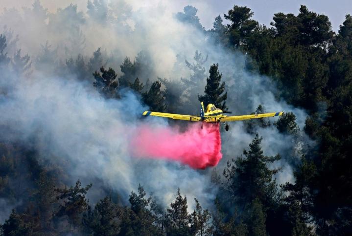 Jerusalemin läheisyydessä leviävää paloa sammutetaan muun muassa ilmasta käsin. LEHTIKUVA / AFP