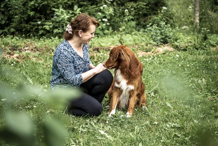 Heidi Savander ja Ukko on Suomen ensimmäinen koirakko, joka on autismikoirakoulutuksen lisäksi suorittanut autismikoiran loppukokeet.