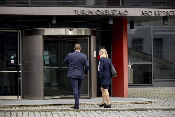 Murhasta ja murhan yrityksestä syytetään viisikymppistä tanskalaismiestä, joka oli tapahtuma-aikaan 18-vuotias ja matkalla partioleirille Suomeen. Hän kiistää syytteen kokonaisuudessaan. LEHTIKUVA / RONI LEHTI