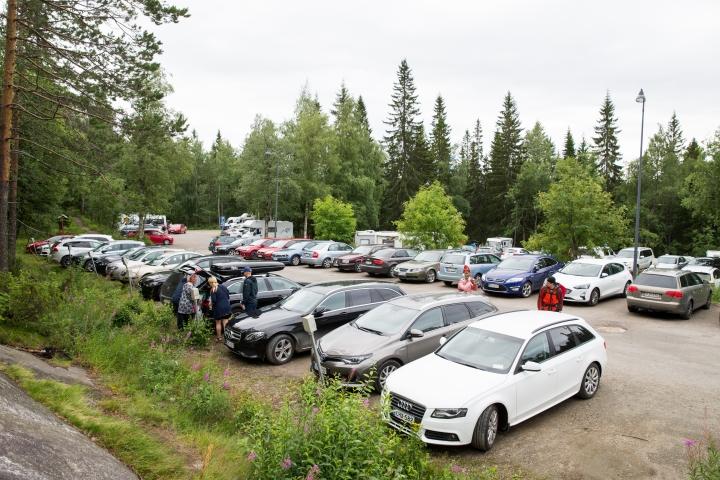 Ylä-Kolin parkkipaikat ruuhkautuvat herkästi sesonkiaikoina kuten kesälomien aikaan.