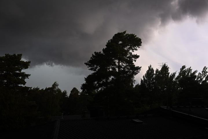 Lounais-Suomessa on mitattu jo 23,7 metriä sekunnissa eteneviä puuskia. Myrskyksi luetaan yli 21 metriä sekunnissa etenevät puuskat. LEHTIKUVA / EMMI KORHONEN