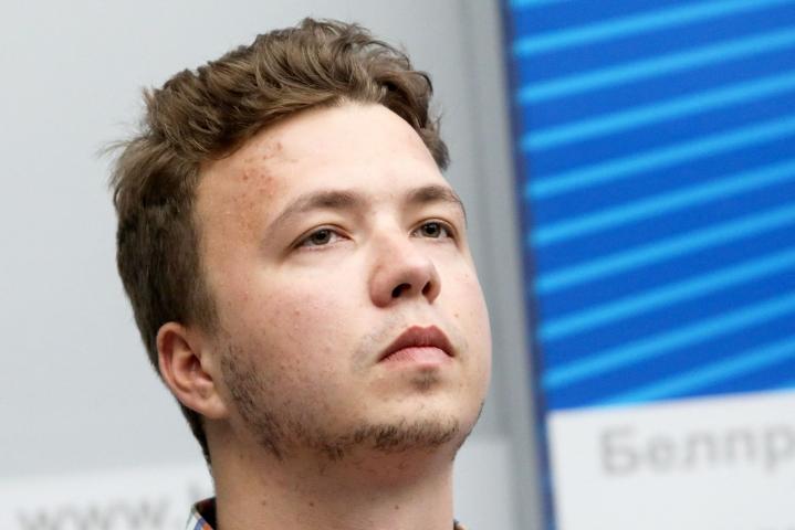 Valko-Venäjä on siirtänyt pidättämänsä oppositioaktivistin Raman Pratasevitshin kotiarestiin, uutisoi BBC. Lehtikuva/AFP