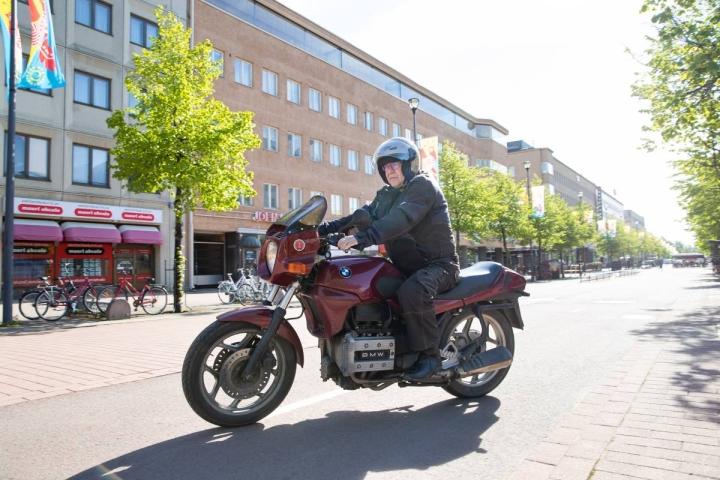 Kari Loimusalo ajaa joka päivä kahdeksan kilometrin matkan töihin Tikkamäen päivystykseen vuoden 1988 mallia olevalla BMW 750 -moottoripyörällään.