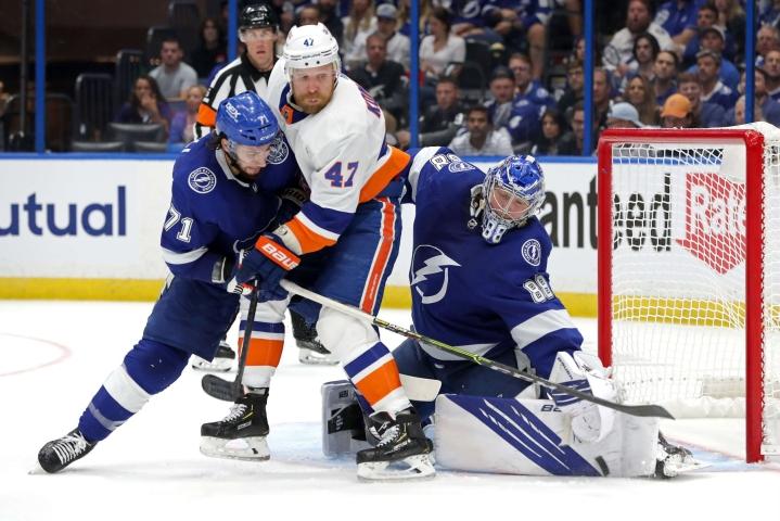 Leo Komarovin (keskellä) New York Islanders hävisi finaalipaikan yhdellä maalilla. LEHTIKUVA / AFP