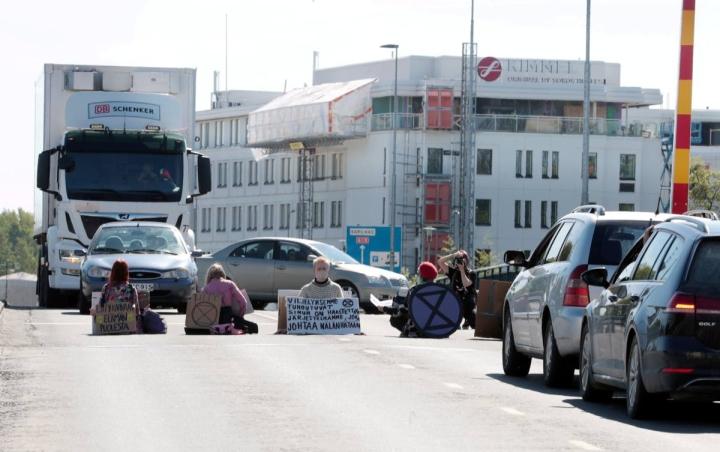 Elokapina-liikkeen mielenosoittajat tukkivat Sirkkalan sillan tiistaina.