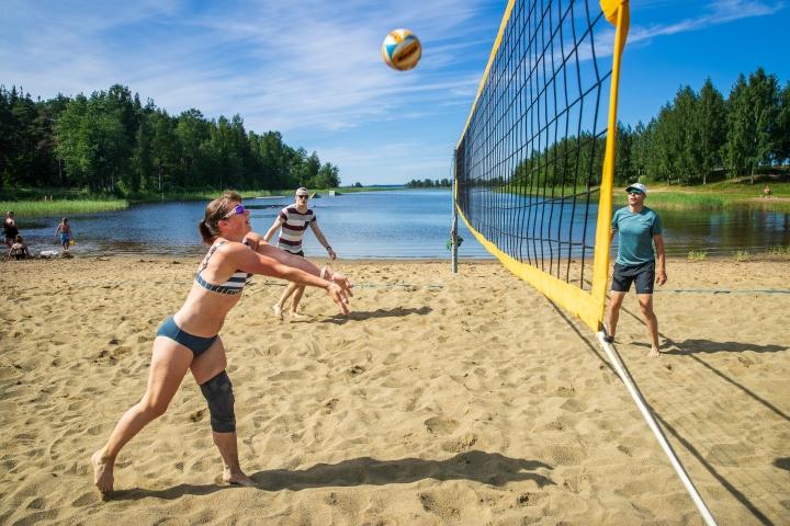 Heli (vas.), Jere, Jari ja Oona Lemmetty (ei näy kuvassa) pelasivat tiistaiaamupäivällä rantalentistä Linnunlahdella. Liikunnalliselle perheelle pallottelu on mukava yhteinen ajanviettotapa.