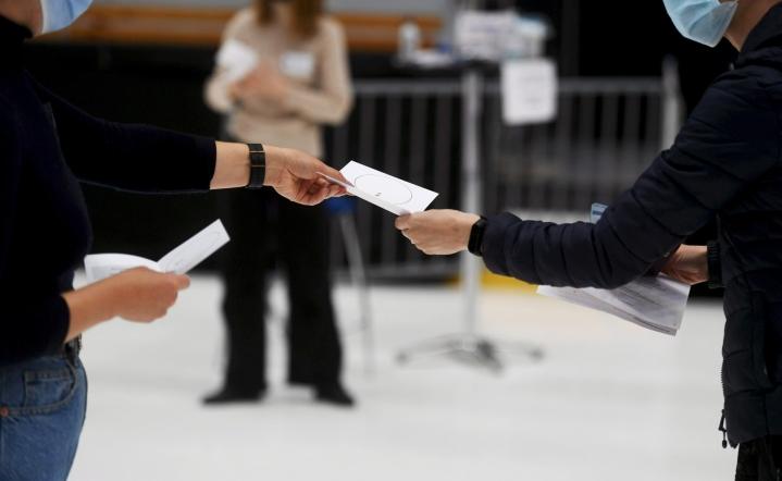 Äänestysaktiivisuus nousi puheenaiheeksi kuntavaaleissa kesäkuussa, kun vain 55,1 prosenttia äänioikeutetuista kävi uurnilla. LEHTIKUVA / SILJA-RIIKKA SEPPÄLÄ