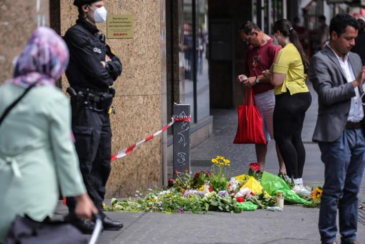 Puukotuspaikalle on tuotu kynttilöitä ja kukkia. LEHTIKUVA/AFP