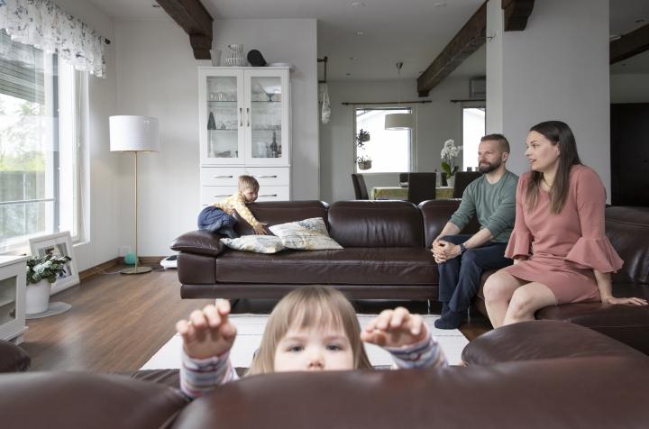 Laura Hyvärinen ja Mika Pyykkö ihastuivat Ylämyllyyn kotiin heti ensinäytöllä. Isossa talossa on aikuisille omat työtilat ja lapsille, Aleksille ja Kasperille, tilaa temmeltää.