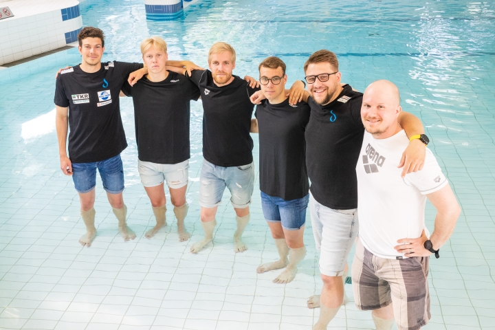 Joensuun Uimaseuran uimarit Roope Eiserbeck (vas), Akseli Kontiainen, Miika Tolvanen, Veeti Ruohtula sekä valmennusjohtoon kuuluvat Juha Turunen ja Petri Hirvonen kotihallin altaassa SM-menestyksen jälkimainingeissa.