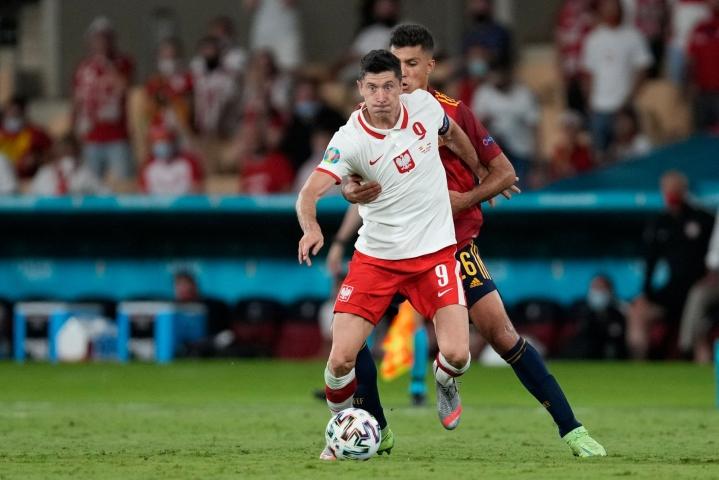 Puolalaisten sankariksi Sevillassa nousi joukkueen ykköstykki Robert Lewandowski. LEHTIKUVA / AFP