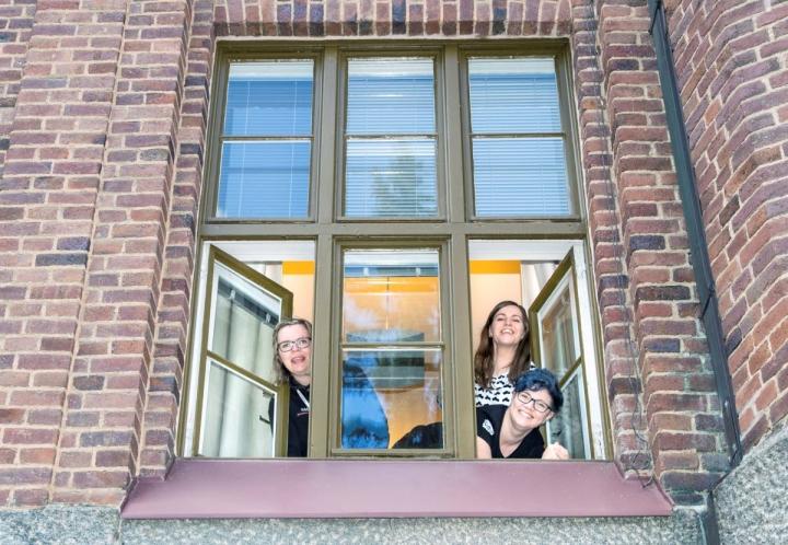 Kaisu Leinosen (vas.), Kukka-Maaria Martiskaisen ja Laura Pitkäsen kokemus etätyöstä on, että  kokoontuminen toimiston kiviseinien sisälle ei tee työskentelystä automaattisesti tehokkaampaa.