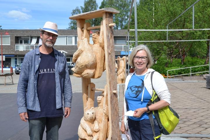 Matti Mäki ja Mervi Piipponen olivat panneet merkille karhuveistokset, joita torillakin oli useita.