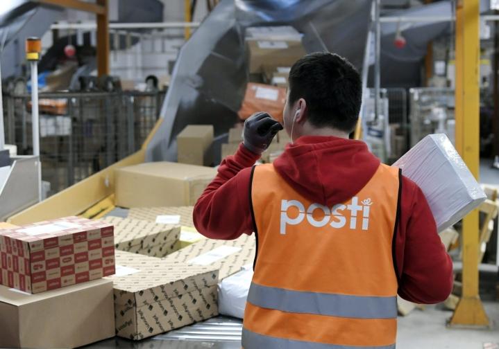 EU:n ulkopuolelta tilatessaan ostajan kannattaa selvittää myyjältä, onko arvonlisävero maksettu jo ostoksen hinnassa. LEHTIKUVA / MARKKU ULANDER
