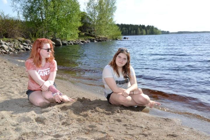 12-vuotiaat Wilma Tahvanainen (vas.) ja Neea Jääskeläinen nauttivat helteisestä toukokuun 19. päivästä Ilomantsin Toivonlahden uimarannalla. Ilomantsin Pötsönvaarassa mitattiin tuona päivänä peräti 30,8 asteen lämpötila.