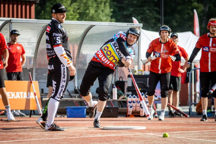 Manse PP:n lukkari Juha Puhtimäki iski kolme juoksua entistä seuraansa vastaan ja piti myös Antti Hartikaisen (kuvassa) ja muut JoMan lyöjät hyvin kurissa.