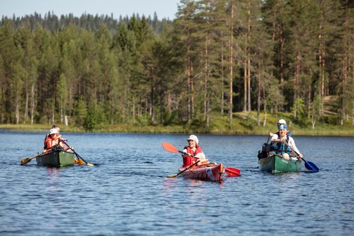 12 järven melontareittiä kokeilemassa lapsia ja aikuisia: keskellä Katri Hamunen Siiri-tyttärensä kanssa.