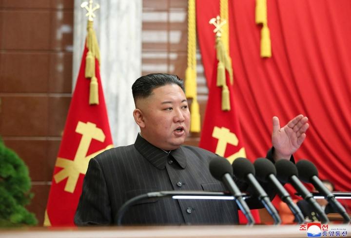 """Pohjois-Korean johtaja Kim Jong-un on ilmoittanut, että maassa on """"kriittinen tilanne"""" koronaviruksen vastaisessa työssä. LEHTIKUVA/AFP"""