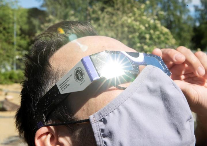 Seulasten Otto Huhta oli varustautunut oikeaoppisesti auringonpimennykseen.