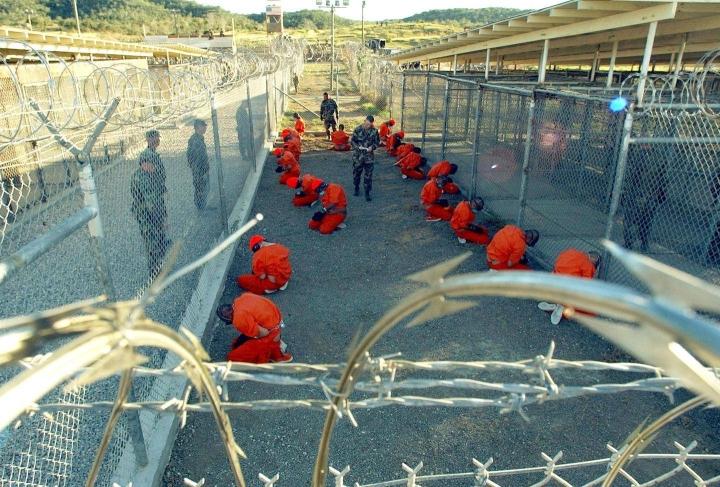 Yhdysvaltain laivastolta saadussa kuvassa näkyvät ensimmäiset Taleban- ja al-Qaida-vangit, jotka tuotiin Guantanamo Bayhin 11.1.2002. Kaksi näistä miehistä on edelleen Guantanamossa.